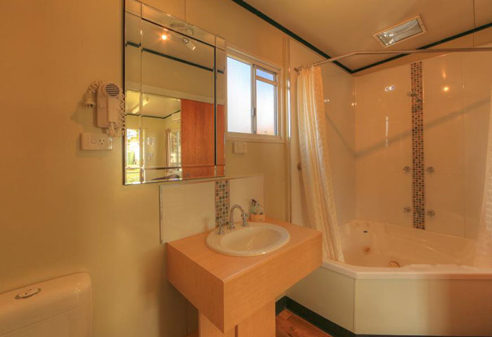 BIG4-Toowoomba-Spa-Villa-Bathroom-with-Spa
